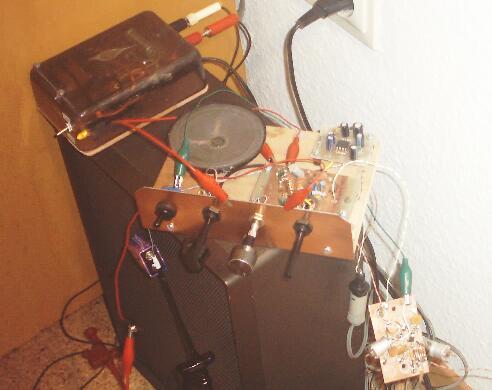 Versuchsaufbau des UKW-Empfängers mit dem Vorverstäker an einer Lautsprecherbox
